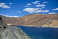 Άποψη των μεγαλοπρεπών δύσκολων βουνών ενάντια στο μπλε ουρανό και τη λίμνη Pangong στα ινδικά Ιμαλάια, περιοχή Ladakh, της Ινδία στοκ εικόνες με δικαίωμα ελεύθερης χρήσης