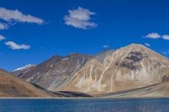 Άποψη των μεγαλοπρεπών δύσκολων βουνών ενάντια στο μπλε ουρανό και τη λίμνη Pangong στα ινδικά Ιμαλάια, περιοχή Ladakh, της Ινδία στοκ φωτογραφία με δικαίωμα ελεύθερης χρήσης
