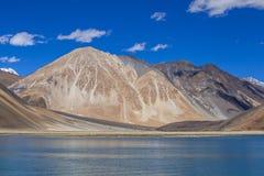 Άποψη των μεγαλοπρεπών δύσκολων βουνών ενάντια στο μπλε ουρανό και τη λίμνη Pangong στα ινδικά Ιμαλάια, περιοχή Ladakh, της Ινδία στοκ εικόνα με δικαίωμα ελεύθερης χρήσης