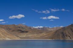 Άποψη των μεγαλοπρεπών δύσκολων βουνών ενάντια στο μπλε ουρανό και τη λίμνη Pangong στα ινδικά Ιμαλάια, περιοχή Ladakh, της Ινδία στοκ εικόνες