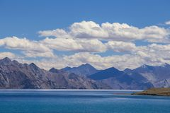 Άποψη των μεγαλοπρεπών δύσκολων βουνών ενάντια στο μπλε ουρανό και τη λίμνη Pangong στα ινδικά Ιμαλάια, περιοχή Ladakh, της Ινδία στοκ φωτογραφίες