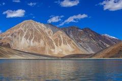 Άποψη των μεγαλοπρεπών δύσκολων βουνών ενάντια στο μπλε ουρανό και τη λίμνη Pangong στα ινδικά Ιμαλάια, περιοχή Ladakh, της Ινδία στοκ φωτογραφίες με δικαίωμα ελεύθερης χρήσης