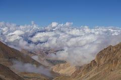Άποψη των μεγαλοπρεπών δύσκολων βουνών στα ινδικά Ιμαλάια, περιοχή Ladakh, της Ινδίας Έννοια φύσης και ταξιδιού στοκ εικόνες