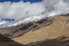 Άποψη των μεγαλοπρεπών δύσκολων βουνών στα ινδικά Ιμαλάια, περιοχή Ladakh, της Ινδίας Έννοια φύσης και ταξιδιού στοκ φωτογραφία με δικαίωμα ελεύθερης χρήσης