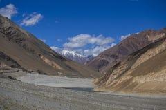 Άποψη των μεγαλοπρεπών δύσκολων βουνών στα ινδικά Ιμαλάια, περιοχή Ladakh, της Ινδίας Έννοια φύσης και ταξιδιού στοκ εικόνα με δικαίωμα ελεύθερης χρήσης