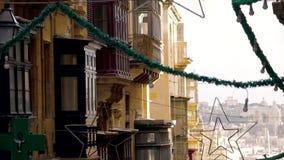 Άποψη των μπαλκονιών και των διακοσμήσεων οδών σε Valletta, Μάλτα Πυκνό κτήριο, κεφάλαιο, σπίτι, αρχιτεκτονική, οδός απόθεμα βίντεο