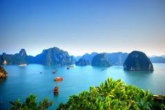 Άποψη των μπλε νερών και των παραδοσιακών παλιοπραγμάτων στον κόλπο Βιετνάμ Halong Στοκ Φωτογραφίες