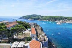 Άποψη των νησιών Tremiti με το μπλε νερό, τις βάρκες και τα σύννεφα Gargano Πούλια, Ιταλία για τη φύση, το ταξίδι και τις holyday Στοκ Εικόνες