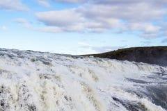 άποψη των ορμητικά σημείων ποταμού στενού επάνω καταρρακτών Gullfoss Στοκ εικόνα με δικαίωμα ελεύθερης χρήσης