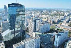 Άποψη των ουρανοξυστών και της σύγχρονης αρχιτεκτονικής από την κοσμοπολίτικη πολυκατοικία Στοκ Φωτογραφίες