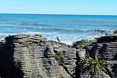 Άποψη των πέτρινων απότομων βράχων στον όμορφους μπλε ουρανό και τη θάλασσα ακτών Στοκ Εικόνες