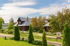 Άποψη των παλαιών ξύλινων σπιτιών στην πόλη του Σούζνταλ Ρωσία Σπίτι για τις καλόγριες σε ένα αρχαίο μοναστήρι Στοκ εικόνες με δικαίωμα ελεύθερης χρήσης