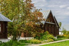 Άποψη των παλαιών ξύλινων σπιτιών στην πόλη του Σούζνταλ Ρωσία Σπίτι για τις καλόγριες σε ένα αρχαίο μοναστήρι Στοκ Εικόνες