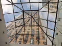 Άποψη των πολυκατοικιών από κάτω από το θόλο γυαλιού Στοκ φωτογραφία με δικαίωμα ελεύθερης χρήσης