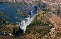 Άποψη των πτώσεων από ένα ύψος της πτήσης πουλιών πτώσεις Βικτώρια Εθνικό πάρκο mosi-OA-Tunya Zambiya και περιοχή παγκόσμιων κληρ Στοκ Φωτογραφία