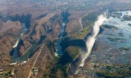 Άποψη των πτώσεων από ένα ύψος της πτήσης πουλιών πτώσεις Βικτώρια Εθνικό πάρκο mosi-OA-Tunya Zambiya και περιοχή παγκόσμιων κληρ Στοκ Εικόνα