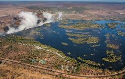 Άποψη των πτώσεων από ένα ύψος της πτήσης πουλιών πτώσεις Βικτώρια Εθνικό πάρκο mosi-OA-Tunya Zambiya και περιοχή παγκόσμιων κληρ Στοκ Φωτογραφίες