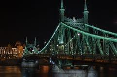 Άποψη των πόλεων της γέφυρας και Gelberbad ελευθερίας στη Βουδαπέστη τη νύχτα Στοκ Εικόνα