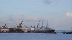 Άποψη των σκαφών που φορτώνουν το τερματικό, λιμένας του Κόνακρι απόθεμα βίντεο