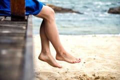 Άποψη των συμπαθητικών ποδιών γυναικών Στοκ εικόνες με δικαίωμα ελεύθερης χρήσης