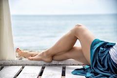 Άποψη των συμπαθητικών ποδιών γυναικών Στοκ φωτογραφίες με δικαίωμα ελεύθερης χρήσης