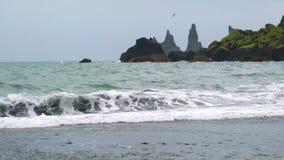 Άποψη των σχηματισμών βράχου Reynisdrangar απόθεμα βίντεο