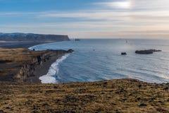 Άποψη των σωρών θάλασσας Reynisdrangar από Dyrholaey, Ισλανδία Στοκ φωτογραφία με δικαίωμα ελεύθερης χρήσης