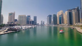 Άποψη των σύγχρονων ουρανοξυστών στη μαρίνα του Ντουμπάι φιλμ μικρού μήκους
