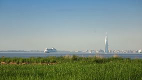 Άποψη των σύγχρονων περιοχών της Αγία Πετρούπολης με τους ουρανοξύστες και τις γέφυρες και τα σκάφη που αφήνουν portthrough το Κό φιλμ μικρού μήκους