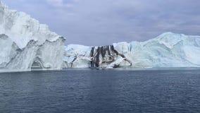 Άποψη των τεράστιων παγόβουνων στη Γροιλανδία φιλμ μικρού μήκους