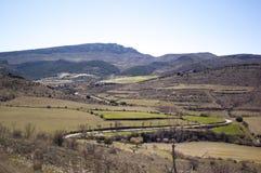 Άποψη των τομέων αρότρων με τη σειρά βουνών στο υπόβαθρο στοκ εικόνες με δικαίωμα ελεύθερης χρήσης