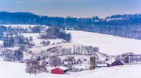 Άποψη των χιονισμένων αγροτικών τομέων και των κυλώντας λόφων στην αγροτική Υόρκη Στοκ εικόνα με δικαίωμα ελεύθερης χρήσης