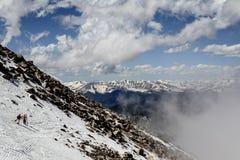 Άποψη των δύσκολων βουνών με τους σκιέρ Στοκ φωτογραφίες με δικαίωμα ελεύθερης χρήσης