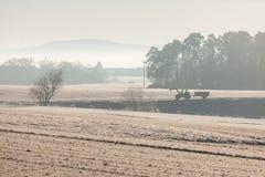 Άποψη των misty αγροτικών ξημερωμάτων επαρχίας Στοκ Εικόνες