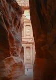 Άποψη Υπουργείου Οικονομικών της Petra μεταξύ των βράχων Στοκ Φωτογραφίες