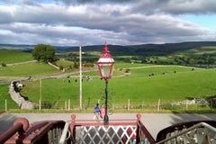Άποψη φαναριών & επαρχίας γεφυρών για πεζούς από το σιδηροδρομικό σταθμό Kirkby Stephen στοκ εικόνα με δικαίωμα ελεύθερης χρήσης