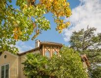 άποψη φθινοπώρου ενός ιστορικού κτηρίου στην όμορφη πόλη Merano στο νότιο Τύρολο, Ιταλία Στοκ Φωτογραφίες