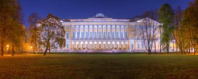 Άποψη φθινοπώρου νύχτας του κήπου και του κράτους ρωσικό Museu Mikhailovsky Στοκ Εικόνες