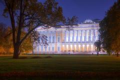 Άποψη φθινοπώρου νύχτας του κήπου και του κράτους ρωσικό Museu Mikhailovsky στοκ φωτογραφίες