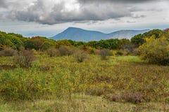 Άποψη φθινοπώρου του παλαιού βουνού κουρελιών στοκ εικόνες με δικαίωμα ελεύθερης χρήσης