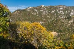 Άποψη φθινοπώρου του λόφου αναθέματος στο βουνό Rhodopes από Asen& x27 φρούριο του s, περιοχή Plovdiv, της Βουλγαρίας Στοκ φωτογραφίες με δικαίωμα ελεύθερης χρήσης