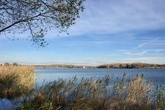 Άποψη φθινοπώρου του Medvezhy Ozera - ρωσικά τοπία Στοκ Εικόνες