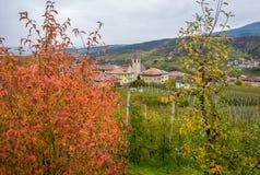 Άποψη φθινοπώρου Tassullo, ένα χωριό που βρίσκεται Val Di Non, Trentino Alto Adige, Ιταλία Το χωριό είναι διάσημο για το όμορφο o Στοκ εικόνα με δικαίωμα ελεύθερης χρήσης