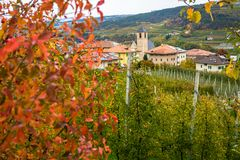 Άποψη φθινοπώρου Tassullo, ένα χωριό που βρίσκεται Val Di Non, Trentino Alto Adige, Ιταλία Το χωριό είναι διάσημο για το όμορφο o Στοκ Φωτογραφία