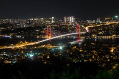 Άποψη φωτός και νύχτας πόλεων επάνω από τη Ιστανμπούλ, Τουρκία 15 Ιουλίου οι μάρτυρες γεφυρώνουν - Bosphorus brid Στοκ εικόνες με δικαίωμα ελεύθερης χρήσης
