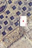 Άποψη φωτός της ημέρας από την κορυφή στην κόκκινη κάρτα διαμαντιών που βάζει στο έδαφος στοκ εικόνες με δικαίωμα ελεύθερης χρήσης