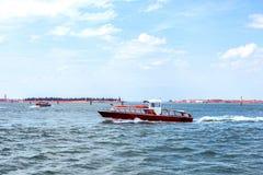 Άποψη φωτός της ημέρας στη βάρκα που ταξιδεύει στο νερό με τα ίχνη Στοκ φωτογραφία με δικαίωμα ελεύθερης χρήσης
