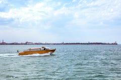 Άποψη φωτός της ημέρας στη βάρκα που ταξιδεύει στο νερό με τα ίχνη Στοκ Εικόνα