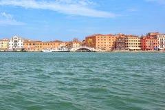 Άποψη φωτός της ημέρας στη βάρκα τουριστών που ταξιδεύει κοντά στο degli Schiavoni Riva Στοκ φωτογραφίες με δικαίωμα ελεύθερης χρήσης