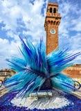 Άποψη φωτός της ημέρας στο ζωηρόχρωμο μπλε γλυπτό γυαλιού Murano Στοκ Φωτογραφίες